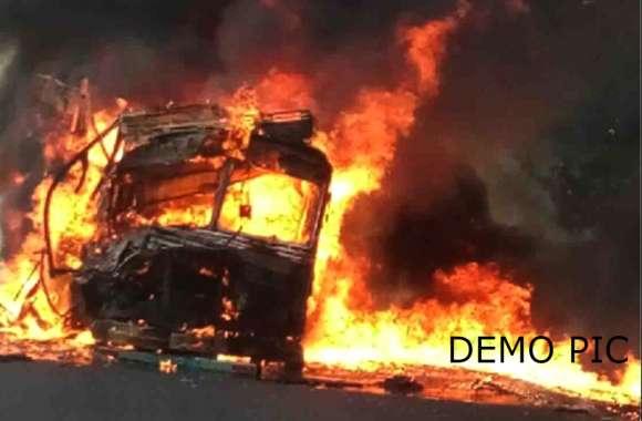 BIG BREAKING मिर्जापुर में एक्सिडेंट के बाद बवाल, कई ट्रकों में लगाई आग, चार थानों की फोर्स मौके पर
