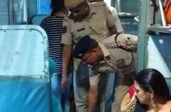 स्वतंत्रता दिवस के बाद भी जिले में अलर्ट जारी, ट्रेनों व वाहनों की जांच कर रही पुलिस