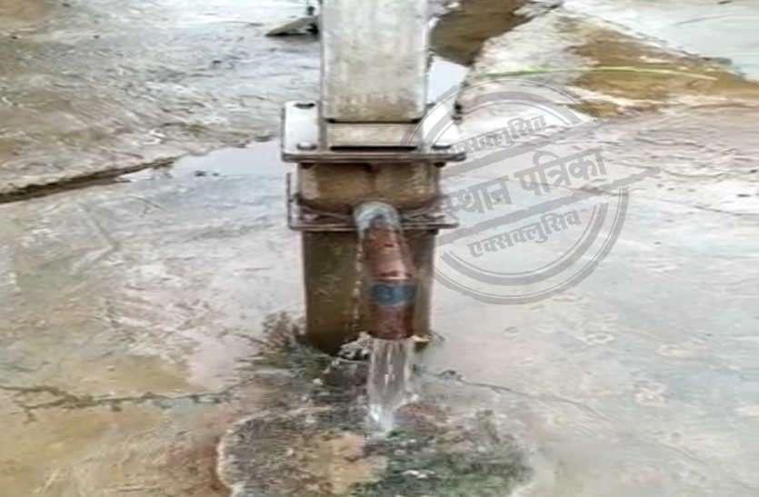 राजस्थान में यहां हैंडपंप से बिना चलाए ही आ रहा है पानी, देखने के लिए उमड़ रहे हैंं लोग
