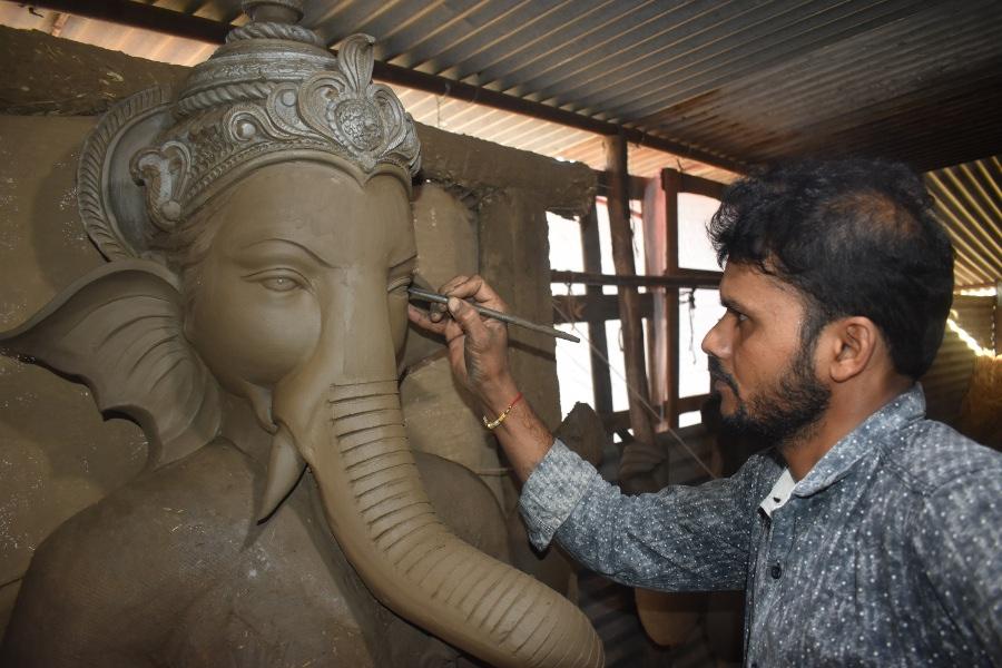 Photo Gallery: आ गए माटी कलाकार, नर्मदा की मिट्टी से आकर्षक रूप दे रहे बप्पा को