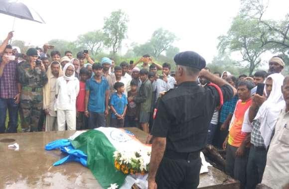 गगनभेदी नारों के बीच सैनिक सम्मान के साथ राजस्थान के लाल का अंतिम संस्कार
