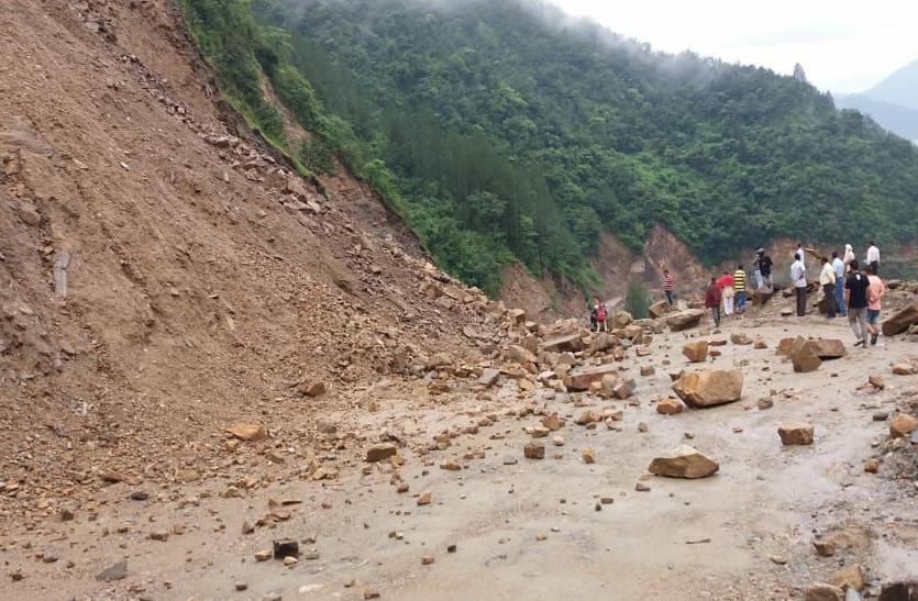 हाईवे पर मलबा आने से चार धाम यात्री फंसे, इन इलाकों में ज्यादा कहर ढाने वाली है बारिश
