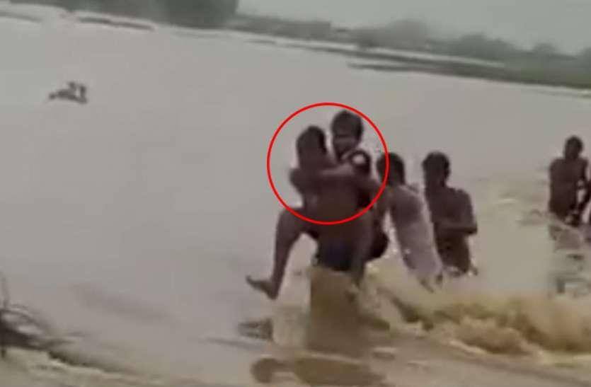 VIDEO: किसान की पीठ पर बैठकर अधिकारी ने पार की नदी