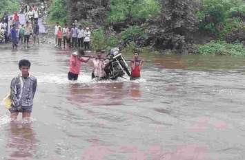 बारिश बन रही आफत, पुलियाओं पर पानी से सम्पर्क कटा
