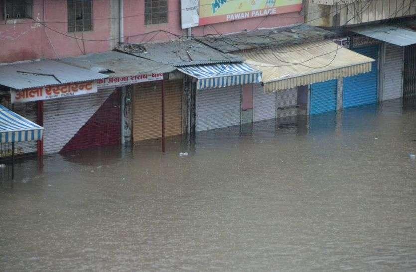 Heavy Rain in Sikar : लोसल में भारी बारिश के चलते वार्ड 8 रैगर बस्ती में हालात नाजुक बने हुए है।। यहां लोगों के घरों में पानी घुस जाने से करीब 20 से 25 घरों को तुरंत खाली करवाया गया है।