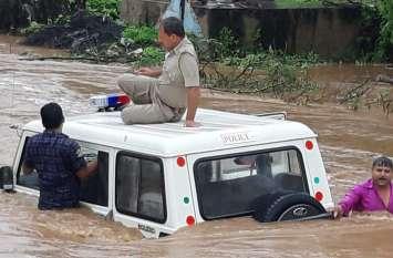 नागौर के डेगाना, परबतसर व डीडवाना में भारी बरसात से बाढ़ के हालात, पुलिस की बोलेरो फंसी