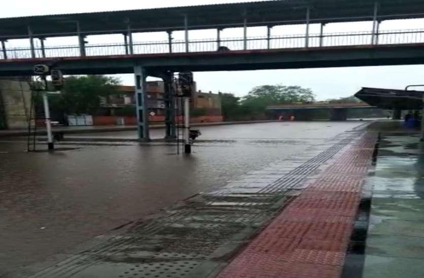 जोधपुर में आई तेज बारिश के बाद पटरियां डूबी, ट्रेनें प्रभावित, यात्री परेशान
