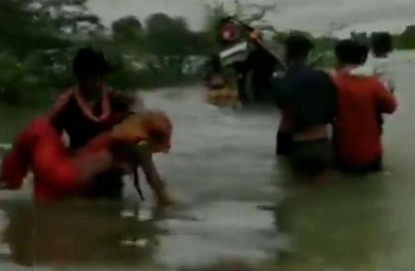 VIDEO: किसी ने जान बचाई तो किसी ने मोटरसाइकिल को कंधों में रखकर पार की नदी