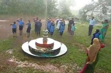 Video : मैंगलुरु के एक स्कूल में शान से लहराया तिरंगा, काले बादल भी नहीं तोड़ सकें बच्चों का हौसला