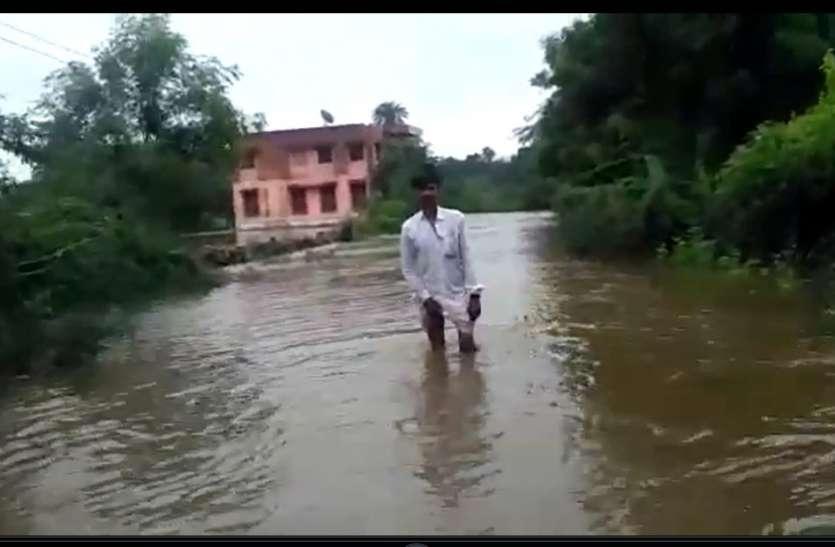 लगातार हो रही बरसात से फूटा तालाब, पूरे गांव हुआ पानी-पानी, सलूंबर सराड़़ा मार्ग हुआ बंद