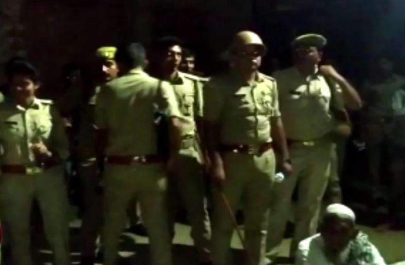 सपा नेता के घर पूछताछ करने पहुंची पुलिस तो पिता की अचानक ऐसे हो गई मौत, गांव में भारी पुलिस बल तैनात- देखें वीडियाे