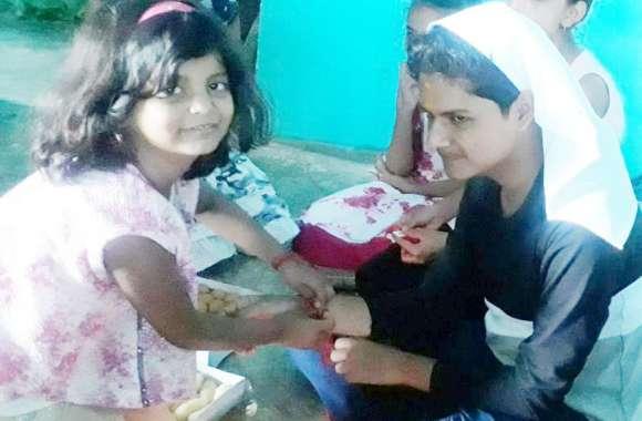 भाई की कलाई पर सजा बहन का प्यार, श्रद्धा और सम्मान के साथ मना रक्षाबंधन का त्योहार
