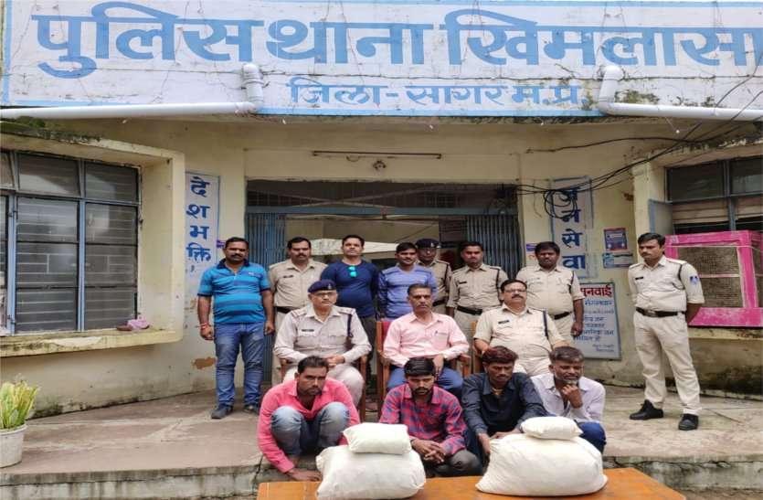 अवैध रुप से बेच रहे थे गांजा, पुलिस ने मौके पर पहुंचकर चार को किया गिरफ्तार