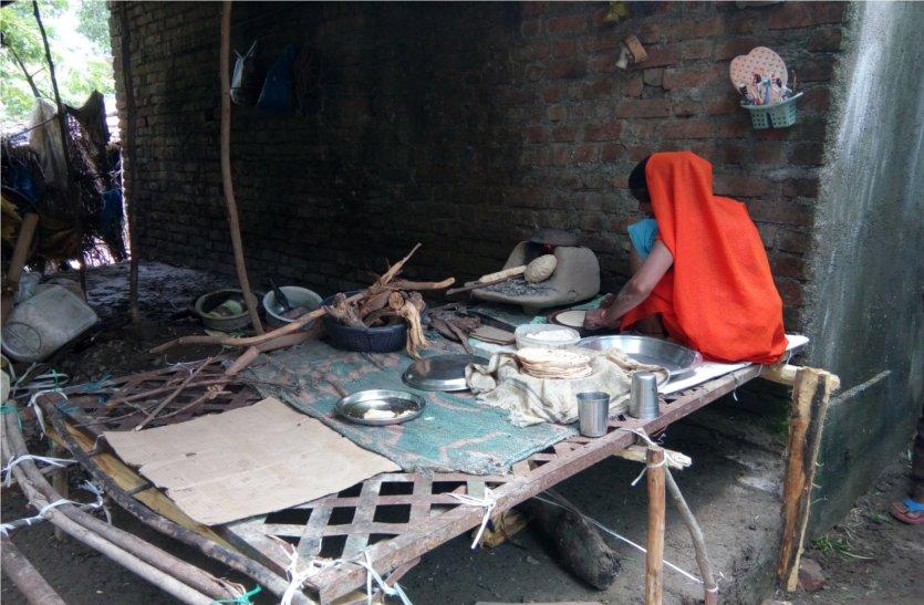 video: बाढ़ से गिरे मकान, खाना बनाने भी नहीं बची जगह, पलंग पर चूल्हा रखकर बना रहे खाना