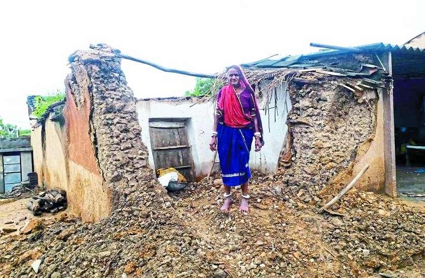 कच्चा मकान गिरा, दो बकरियों की मौत