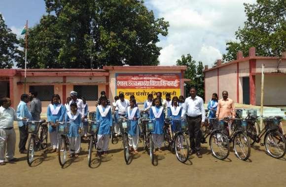 छात्र-छात्राओं को मिली साइकिल, अब पैदल नहीं आना पड़ेगा स्कूल