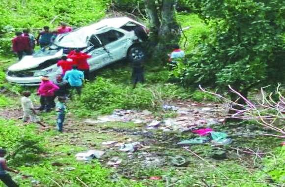 डरे हुए थे क्यूंकि कार में था गैरकानूनी सामान, किस्मत का फेर ऐसा के जा गिरे 60 फ़ीट नीचे और हो गयी मौत