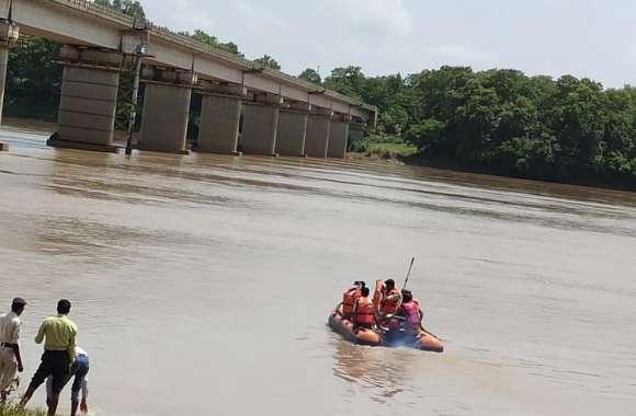 जवानों ने तीन घंटे रेस्क्यू कर नदी से बाहर निकाला शव