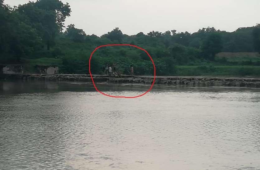 सीप नदी में फंसे तीन लोग,रेस्क्यू कर निकाला