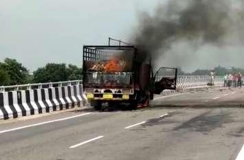 Ayodhya : अयोध्या गोरखपुर हाइवे पर चलते चलते आग का गोला बनी डीसीएम ट्रक