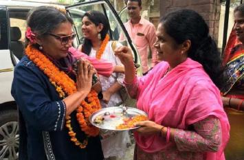 फिल्म अभिनेत्री शबाना आजमी अपने पैतृक गांव मेजवां पहुंची, हुआ जोरदार स्वागत