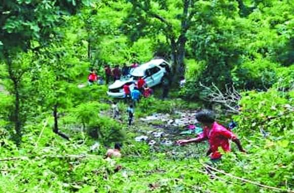 शराब से भरी कार डेढ़ सौ फीट गहरे खाई में गिरी, दो युवकों की मौत, कार की बॉडी तोड़कर निकाला शव