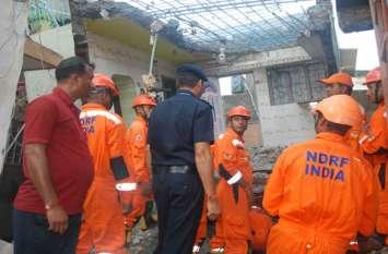 मकान धराशायी होने के 24 घंटे बाद भी बचाव कार्य जारी