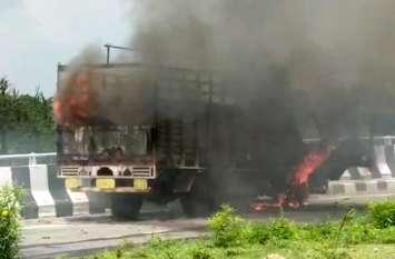 रहस्यमय तरीके से चलते ट्रक में लगी आग वीडियो में देखें कैसे हाइवे पर धू धू कर जला ट्रक