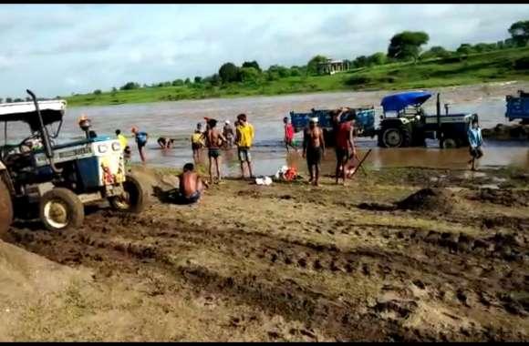 जान जोखिम में डाल नदियों से किया जा रहा रेत का उत्खनन