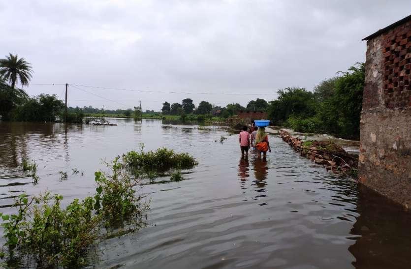 बडग़ांव तालाब टूटा, गांव-खेतों में घुसा पानी