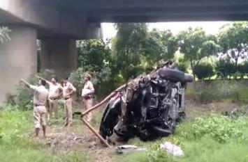 BIG BREAKINGंं: तेज रफ्तार कार यमुना एक्सप्रेस-वे से 30 फीट नीचे गिरी, तीन की मौत, छह घायल