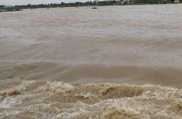 मंत्री ने पानी से भरे रास्ते में चलकर जाना पीडि़तों का हाल