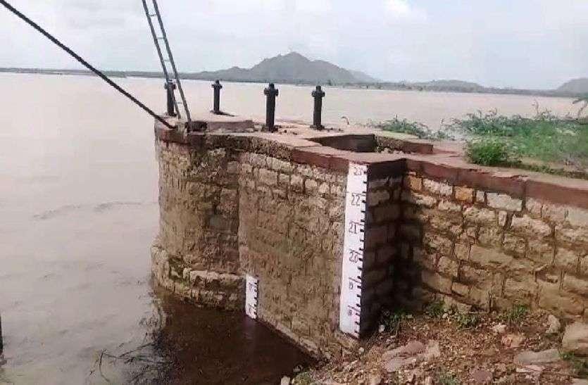 बांकली बांध में बढ़ रहा गेज, रपट पर तीन फीट पानी