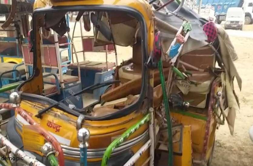 बेकाबू कार की टक्कर से टेम्पो खाई में गिरा, एक बच्चे की मौत, 8 घायल