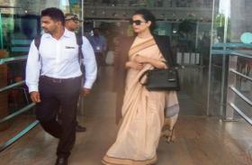 जयपुर पहुंची कंगना रनौत, एयरपोर्ट पर फैंस के साथ ली सेल्फी