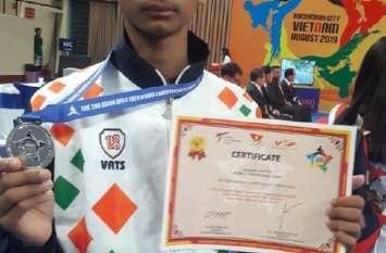 वियतनाम के  खिलाड़ी को 5 पाइंट से हराकर खंडवा के आदित्य ने जीता सिल्वर मेडल