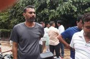 क्रिकेटर प्रवीण कुमार के ससुर की छत से गिरकर मौत, परिजनों ने किया हंगामा, देखें वीडियो