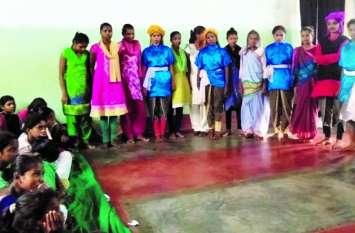 सीधी में नाटक 'छोहर की रंगारंग प्रस्तुति पर खूब बजी ताली, आदिवासी लोक नृत्य को दर्शकों ने सराहा