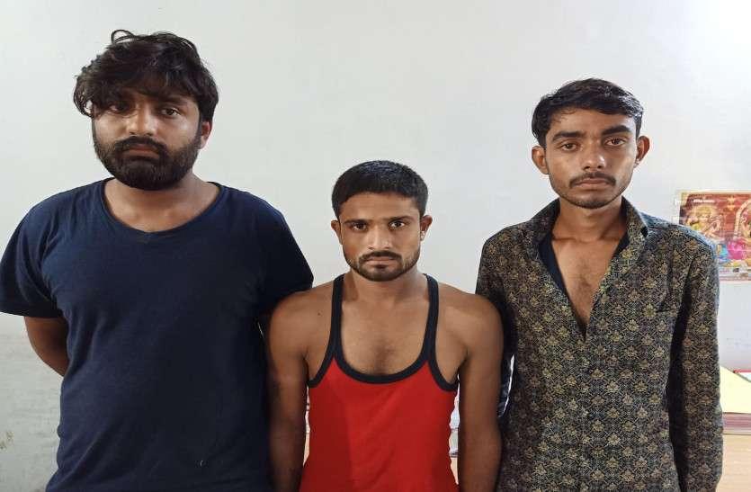 दस पिस्टल व ४५ जिन्दा कारतूस जब्त, तीन गिरफ्तार