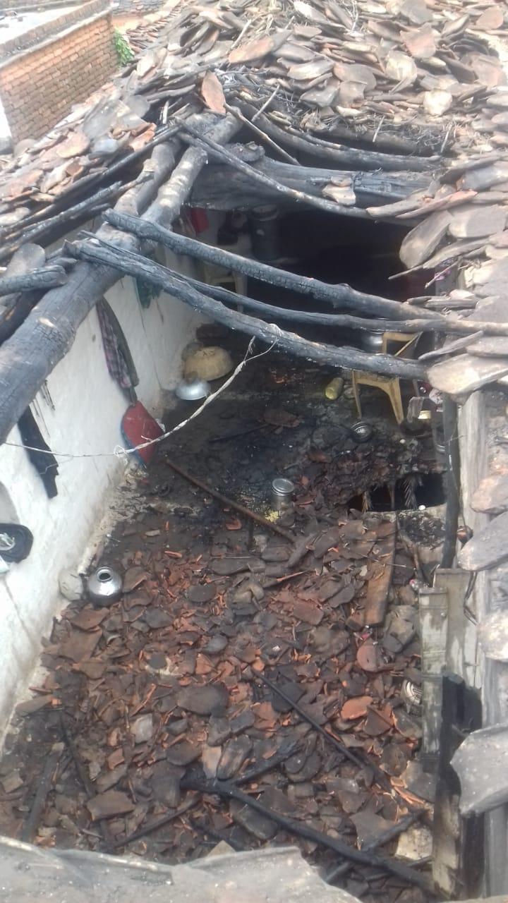 गैस के रिसाव से मकान में लगी आग, ग्रहस्थी का सामान जलकर हुआ खाक