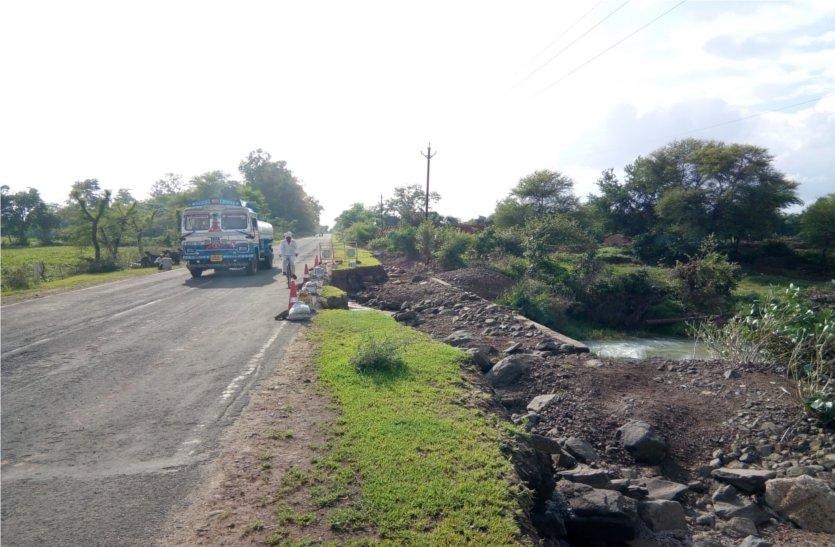 बारिश से हुआ रोड में कटाव, हो सकता है हादसा, जिम्मेदार नहीं दे रहे ध्यान