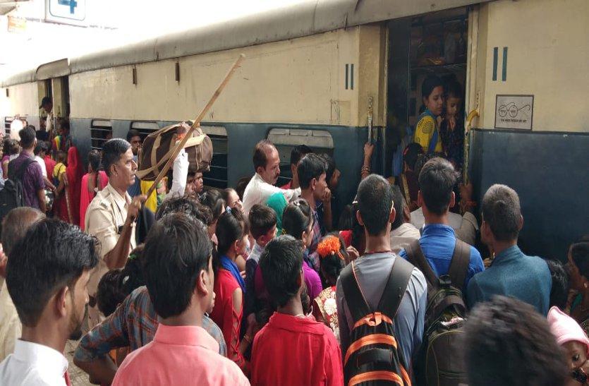 video: जान जोखिम में डाल ट्रेनों में जगह पाने यात्री कर रहे जद्दोजहद, पढ़ें खबर