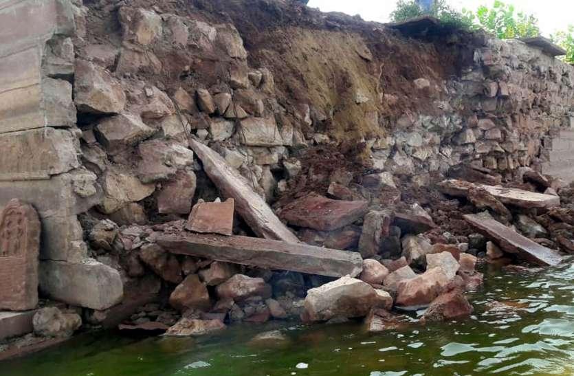 जहां दो दिन पूर्व धार्मिक अनुष्ठान हुआ, शिवसर तालाब का वही हिस्सा हुआ धराशायी