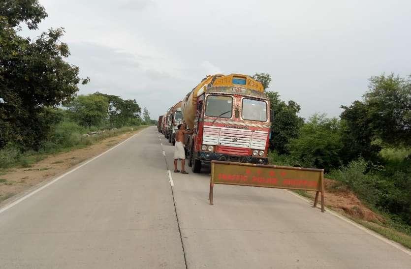 दिन के समय नगर प्रवेश स्थल पर नहीं खड़ी होगी भारी वाहनें, आधा किलोमीटर दूर लगा बेरिकेट