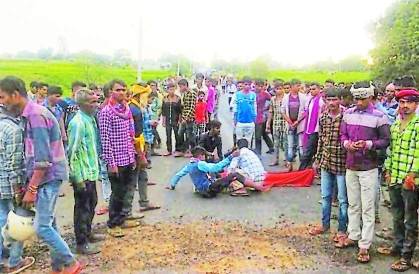 सडक़ हादसे में बालक की मौत पर मांगा मौताणा, ग्रामीणों ने पथराव और आगजनी कर किया हंगामा, पुलिस ने किए हवाई फायर