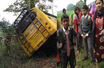 रफ़्तार का कहर ट्रेलर ने मारी स्कूल बस को टक्कर दर्ज़न भर मासूम घायल