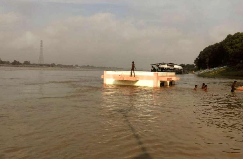 गंगा में बाढ़, घाट पर बने चेंजिंग रूम डूबे, सुरक्षित ठिकानों की तलाश में जुटे तटवर्ती