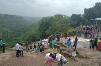 प्राकृतिक नजारों को देखने पहुंचे पर्यटक मांडू