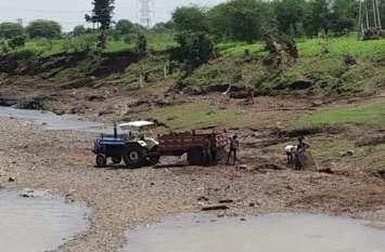 छोटी तवा नदी पर अवैध खनन, रोज 20 से अधिक ट्रॉली निकल रही रेत