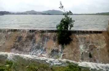 वीडियो : गुंदोलाव झील में पानी उफना, चादर चली